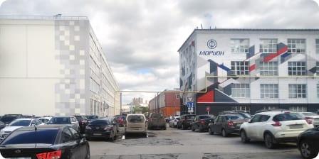 Поверните налево идвигайтесь прямо мимо парковки. Слевой стороны отвас будет белое здание снадписью: «Морион Digital».