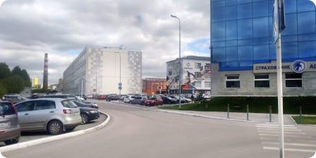 Перейдите дорогу кбизнес-парку «Морион». Слевой стороны обогните здание. Выпопадете вовнутренний двор.